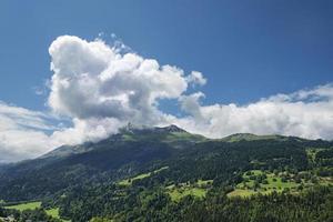 paisagem alpina com montanhas, floresta e casas
