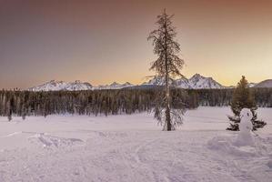 pôr do sol inverno showman nas montanhas if idaho foto