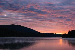 pôr do sol sobre um lago de montanha na Bulgária.