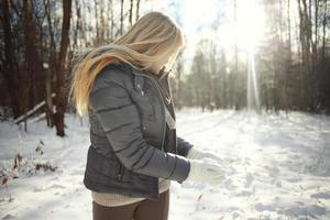 retrato de uma jovem loira na floresta de inverno