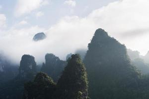 Cordilheira de pedra calcária nublada