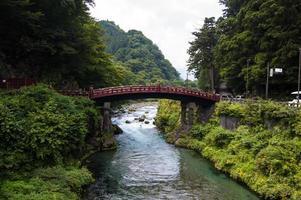 ponte acima do rio no japão