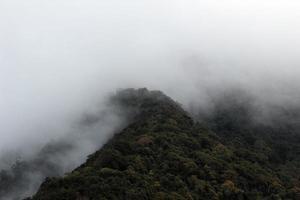nuvens no topo da montanha