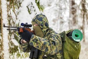 caçador com rifle óptico foto