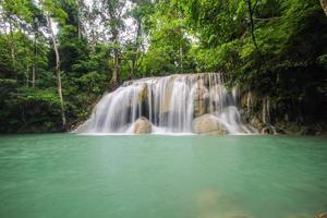 cachoeira erawan, kanchanaburi, tailândia foto