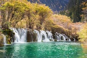 seta cachoeira de bambu jiuzhaigou cênica foto