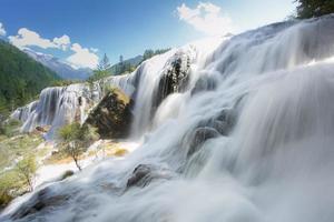 cachoeira de cardume de pérolas em jiuzhaigou foto