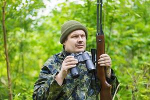 caçador com rifle óptico