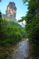 cena do rio da linha de turismo do córrego do chicote dourado, zhangjiajie natio foto