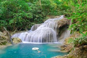 cachoeira em floresta densa no parque nacional de cachoeira de erawan, foto