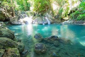 Cachoeira da floresta profunda erawan cachoeira do parque nacional em Kanchana foto