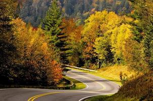 estrada de montanha esfumaçada
