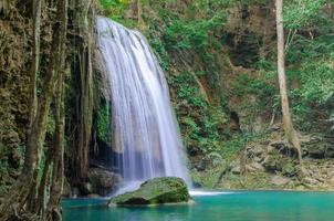 cachoeira em floresta densa no parque nacional de cachoeira de erawan,