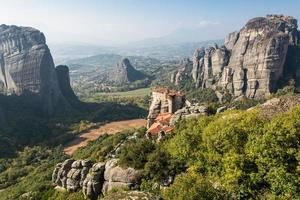 mosteiro de azevinho de Varlaam construído em uma rocha alta foto