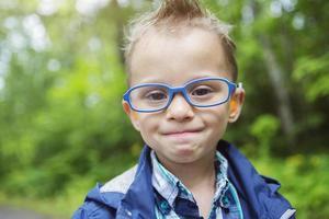 retrato de menino bonitinho criança ao ar livre na natureza