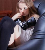 linda garota com uma câmera. foto