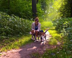 mulher com beagle caminhando no parque