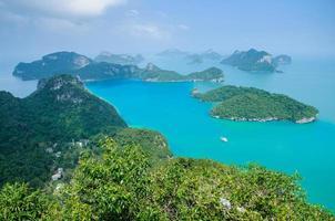 bela rocha e mar no sul da Tailândia foto