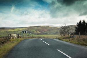 estrada rural inglesa - desvio à direita foto