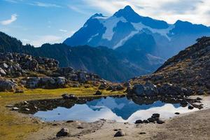 belo reflexo da montanha em um pequeno lago