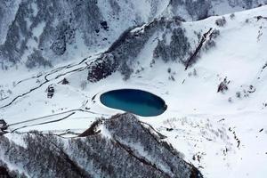lago nas montanhas georgia foto