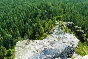 cume rochoso estreito e irregular