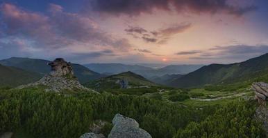 Montanhas carpathian. panorama do nascer do sol nas montanhas