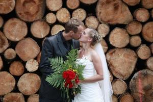 casal recém-casado se beijando foto