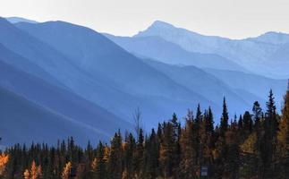 paisagem montanhosa na columbia britânica outono foto