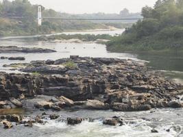 riacho de água no parque nacional kaeng tana, ubonratchani, tailândia foto