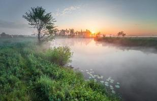 pôr do sol colorido no rio foto