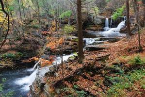cachoeira de outono na montanha foto