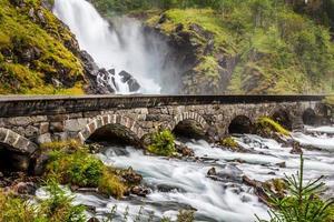 a famosa laatefossen em odda, uma das maiores cachoeiras