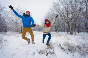 garoto e garota andam e se divertem na floresta foto