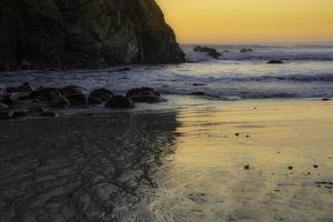 serenidade costeira ao pôr do sol foto