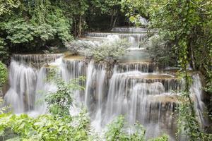 cachoeira huai mae khamin em kanchanaburi foto