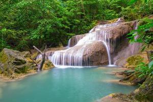 cachoeira erawan em kanjanaburi na tailândia foto