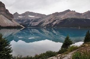 reflexão no encontro, montanhas rochosas, canadá foto