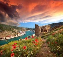 as ruínas da fortaleza genovesa na baía de Balaclava, na Crimeia