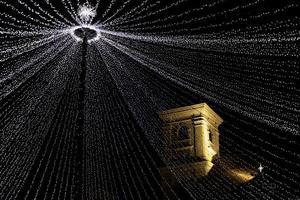 luzes de natal e torre histórica