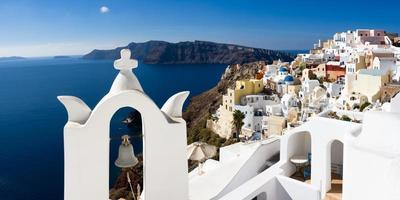 torre sineira branca sobre o mar mediterrâneo foto