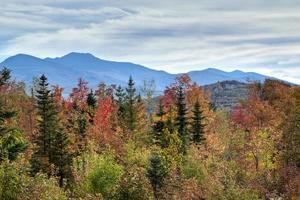 vista de outono das montanhas brancas foto