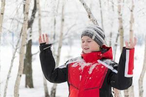 menino adolescente em parque de inverno foto