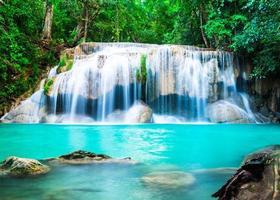 cachoeira na selva na província de Kanchanaburi, Tailândia foto