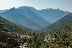 Vale Fango na Córsega com montanhas ao fundo
