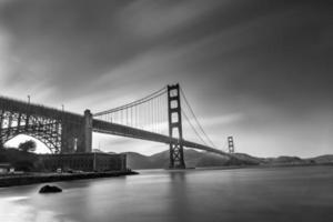 ponte portão dourado preto e branco foto