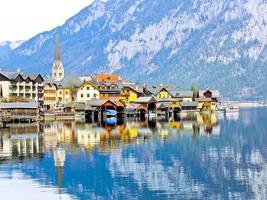 vista da vila de hallstatt nos Alpes, áustria foto
