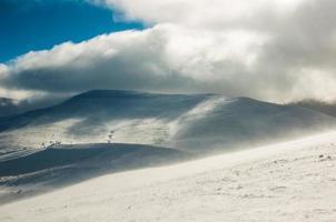 majestoso pôr do sol na paisagem de montanhas de inverno foto