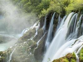 a beleza de bosques de plitvice, lagos e cachoeiras.