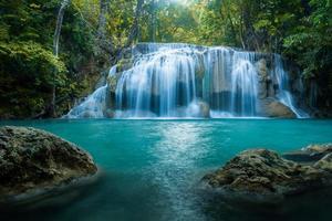 queda d'água no parque nacional da cachoeira erawan kanjanaburi tailândia foto